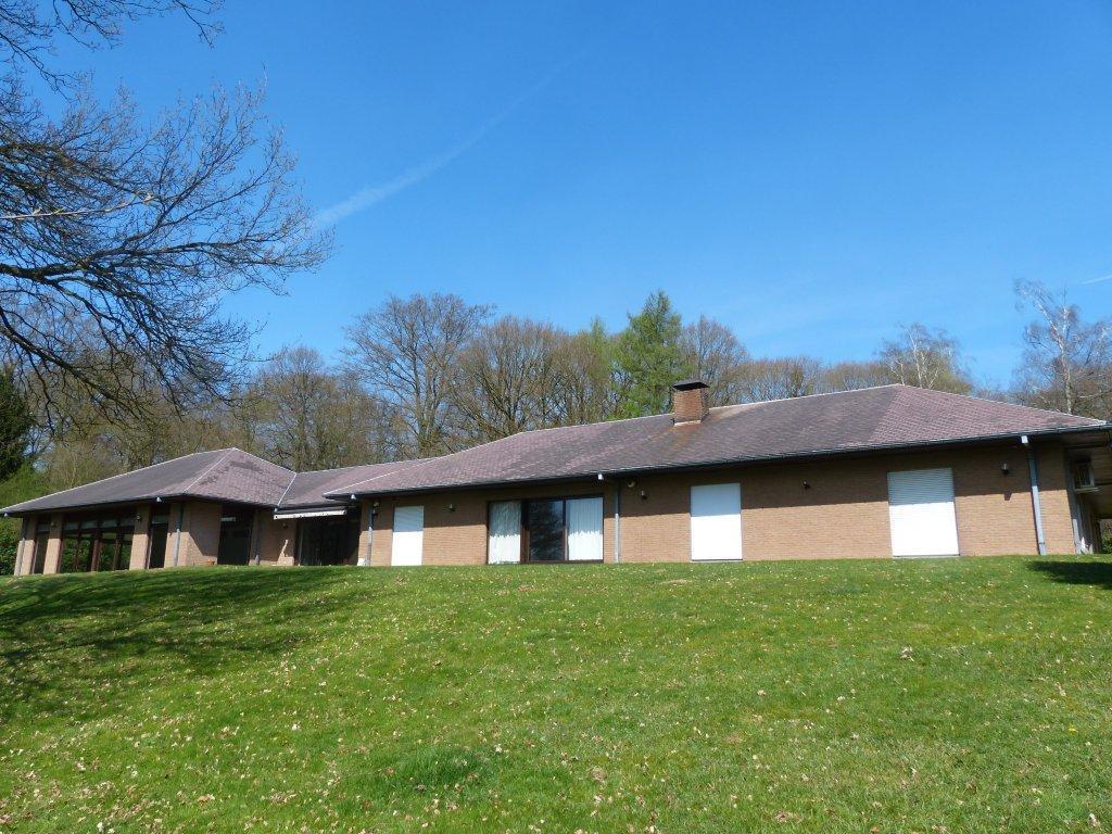 Villa de plain pied dans un parc bois avec conciergerie for Agrandissement maison zone verte