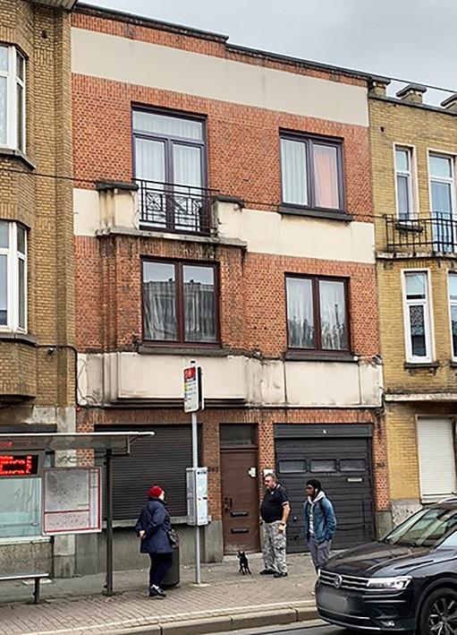 Immeuble d'habitation mixte avec bureau et atelier et une parcelle de terrain avec garage