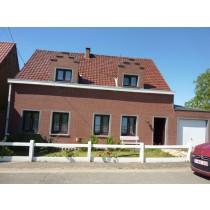 Maison bien entretenue avec jardin, garage et annexes