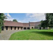 Pour amateurs de chevaux : grande et superbe propriété comprenant villa et boxes pour chevaux