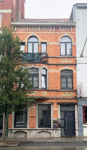Appartement rénové et annexe arrière